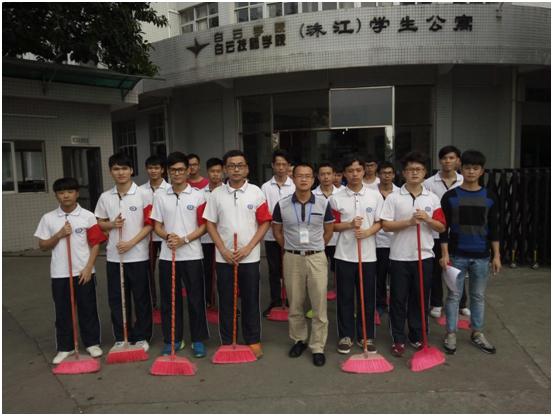 机电系梅治国主任与2015级第35届学生入党积极分子一起进行清洁工作