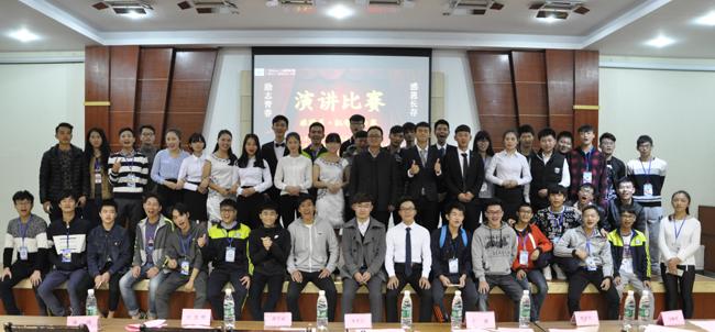 参赛的全体同学与学校领导、老师合影